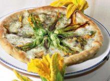 Pizza ai fiori di zucchina con mozzarella