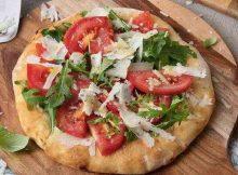 Pizza con pomodoro fresco e pecorino
