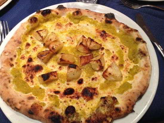 Pizza con patate e fiori di zucca
